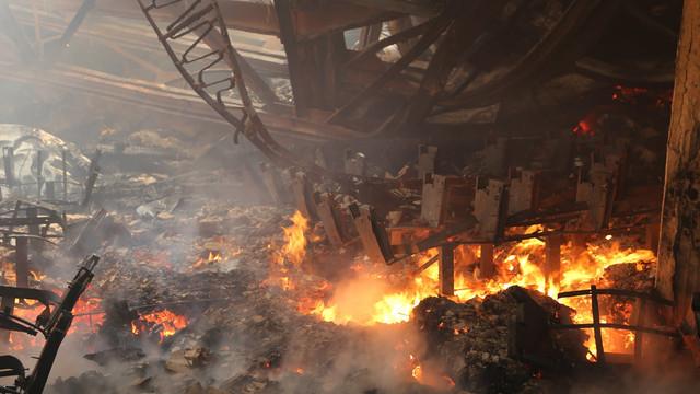 VIDEO/FOTO   La Filarmonica Națională lucrează de dimineață 8 autospeciale și 56 de pompieri. A fost nevoie de implicarea unei macarale