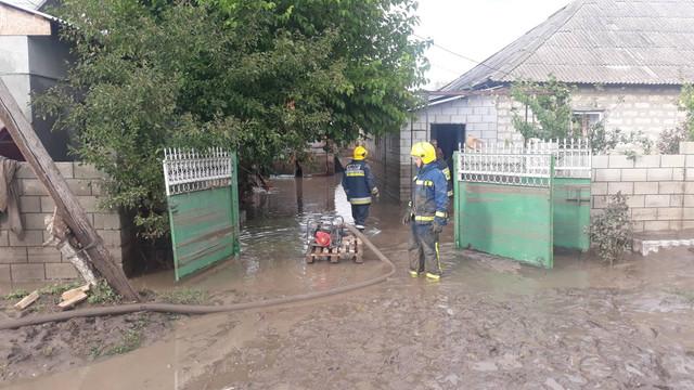FOTO   Consecințele ploilor din sudul R.Moldova: zeci de gospodării au fost afectate, iar mai multe persoane au fost evacuate de salvatori