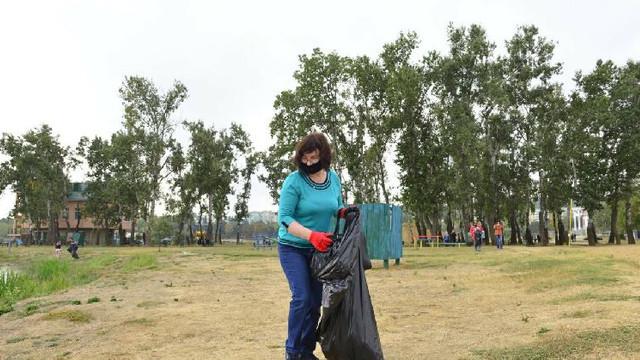 """""""Marea curățenie"""" continuă. Locuitorii blocurilor sunt îndemnați să intervină în curți"""