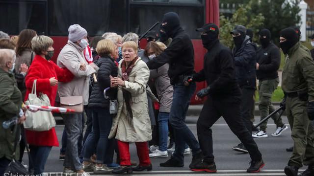 Belarus: Poliția a arestat, la Minsk, femei și studenți care manifestau pașnic împotriva guvernului