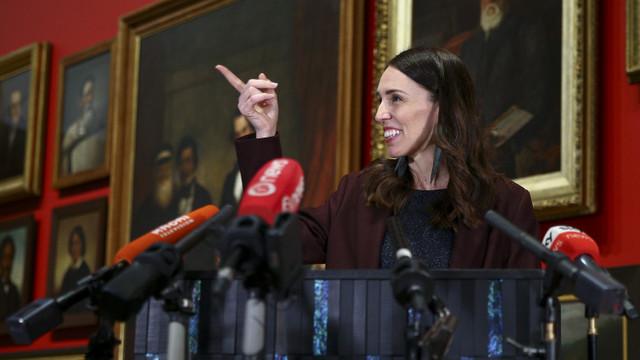 Jacinda Ardern, premierul care a dus Noua Zeelandă prin două valuri ale epidemiei, a câștigat un nou mandat de prim ministru