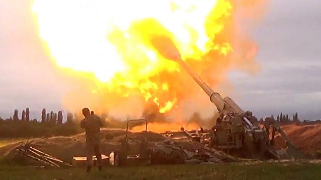 Militari azeri bombardați în câmp deschis de artileria armeană. Armistițiul încheiat între cele două țări a durat 4 minute