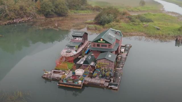 Un canadian și-a construit o insulă plutitoare din deșeuri și locuiește acolo singur de 17 ani