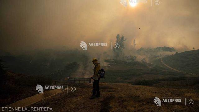 UPDATE SUA: Violente incendii de vegetație în California; doi pompieri grav răniți și 90.000 de persoane evacuate