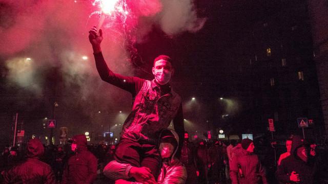 Proteste violente anti-restricții în nordul Italiei. Gloatele furioase au incendiat și jefuit magazine de lux
