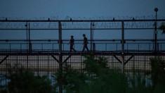 Evadarea spectaculoasă a unui gimnast nord coreean. Autoritățile de la Seul au însă îndoieli și l-au pus să arate cum a sărit gardul