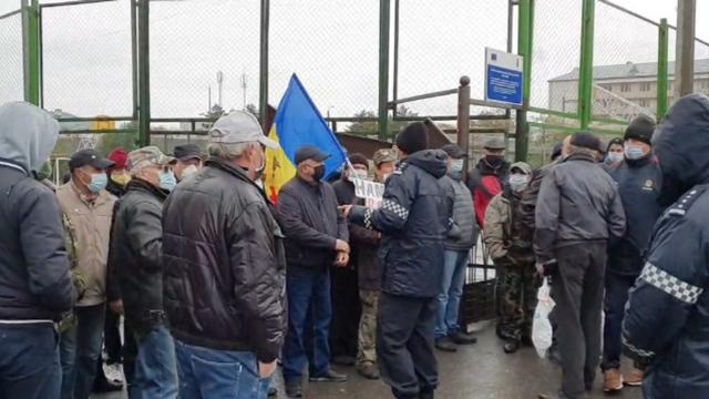 Alegătorii din stânga Nistrului au format cozi la secțiile de votare de la Varnița. Asupra unor cetățeni care protestează s-ar fi dat spray lacrimogen (ZdG)