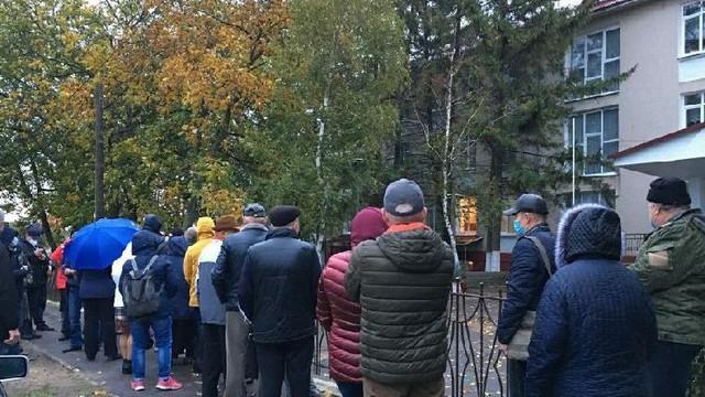 Votanții din stânga Nistrului au format rânduri la secțiile deschise la Varnița