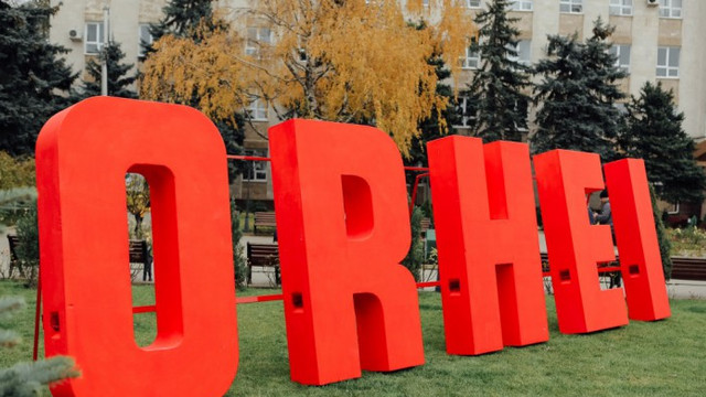 Hramul orașului Orhei: oamenii nu mențin distanța socială și o mare parte din cei prezenți nu poartă mască (TV8)