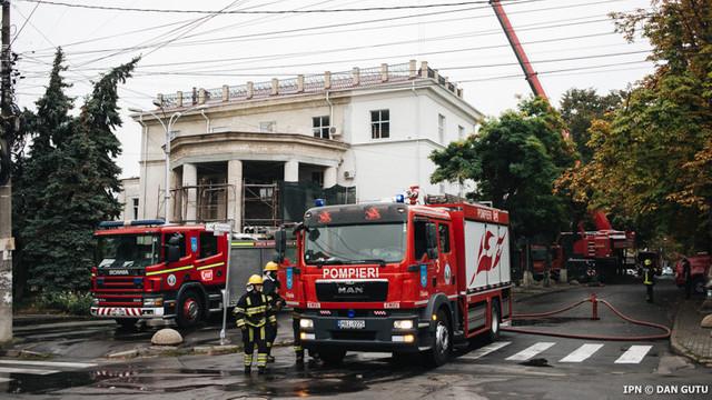 La Filarmonică are loc demontarea materialelor constructive deteriorate în incendiu