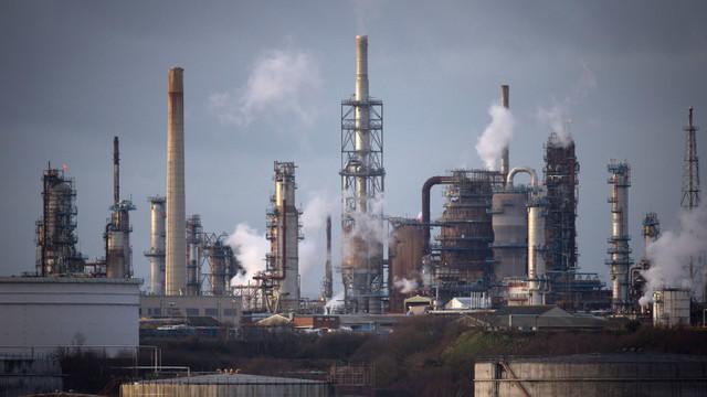Rafinării de petrol din întreaga lume se închid din cauza cererii scăzute pentru combustibil