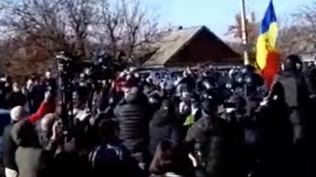VIDEO/ Zeci de mascați împing veteranii care protestează la Varnița pentru a elibera carosabilul ca să treacă microbuze cu alegători din regiunea transnistreană (ZDG)