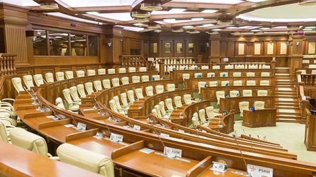 Deputații susțin că-și merită salariile pentru perioada în care nu au avut loc ședințe plenare