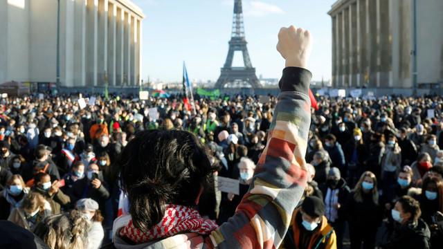 Proteste în Franța împotriva legii care limitează difuzarea de imagini cu polițiști