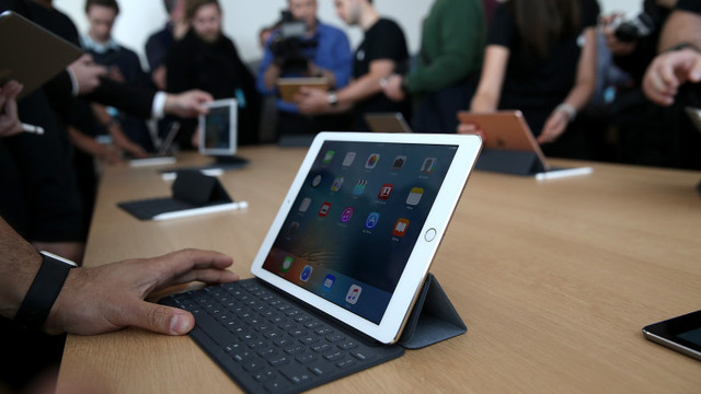 Șeful securității Apple este acuzat că a dat mită poliției pentru a înarma echipa de securitate a companiei