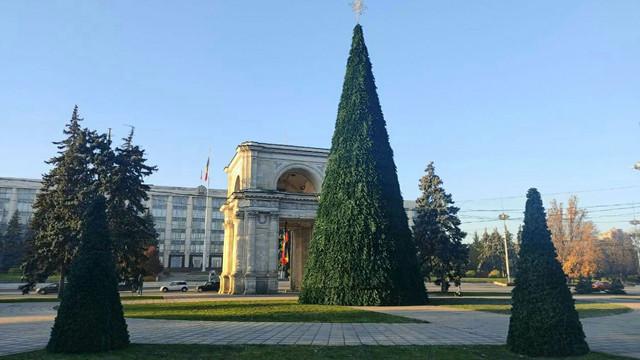 FOTO   Pomul de Crăciun a fost instalat în centrul capitalei