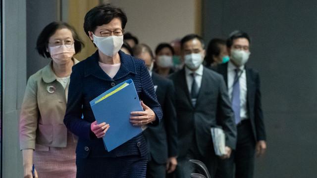 Șefa guvernului din Hong Kong, sancționată de SUA, nu are cont bancar. Câți bani primește cash în fiecare lună