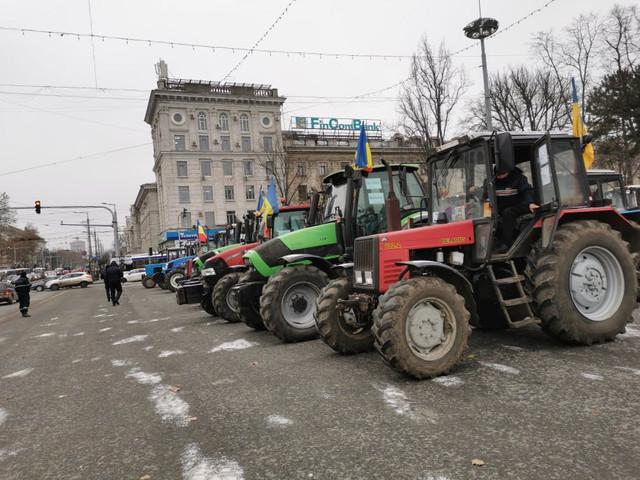 FOTO/PROTEST   Agricultori: Suntem nevoiți să ieșim la proteste pentru că altfel murim. Solicităm să ne de ceva ajutor măcar trei mii de lei la hectar pentru culturile din grupa a doua