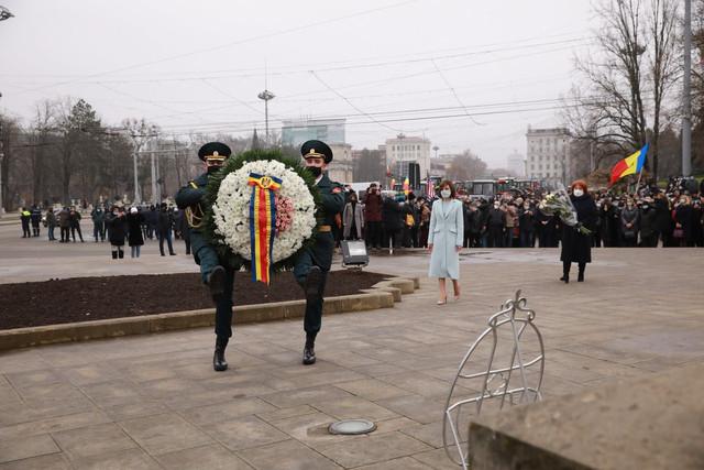 FOTO/VIDEO | Președintele Maia Sandu a depus flori la monumentul lui Ștefan cel Mare din centrul Chișinăului