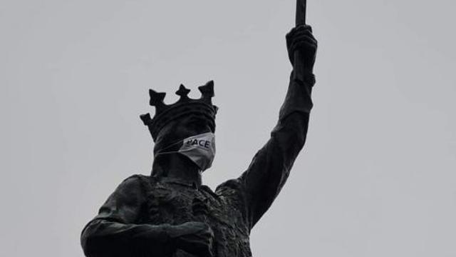 VIDEO | Membrii PACE i-au pus mască de protecție statuii lui Ștefan cel Mare din Chișinău. Ce spune Poliția