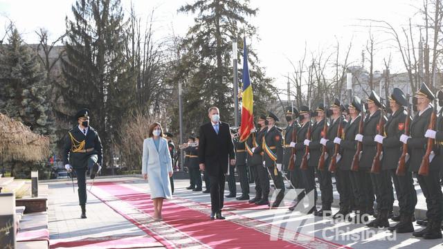 GALERIE FOTO   Președintele României, Klaus Iohannis, a fost întâmpinat cu onoruri militare și cu pâine și sare în fața președinției R. Moldova, în debutul vizitei sale oficiale la Chișinău