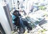 Un bărbat în scaun cu rotile a escaladat un zgârie nori din Hong Kong și a strâns 670.000 de dolari