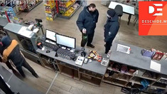 Doi polițiști de frontieră vor fi cercetați pentru că nu au intervenit când în fața lor era atacat un angajat al unei stații PECO. Își cumpărau bere și chipsuri