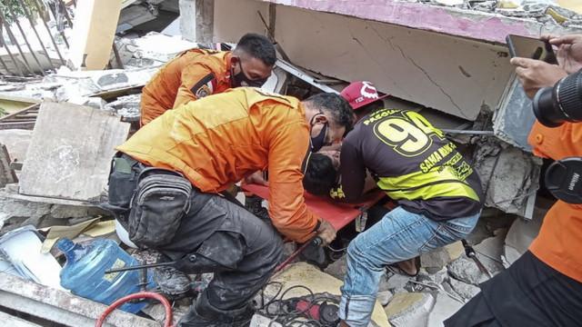 Imagini dramatice din Indonezia. 42 de oameni au murit în urma devastatorului cutremur din insula Sulawesi