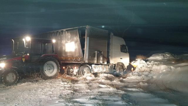 Peste 170 autovehicule înzăpezite au fost deblocate noaptea trecută de salvatori și pompieri pe traseele naționale