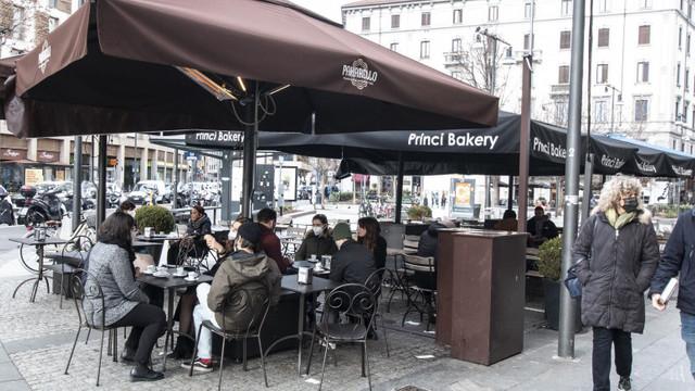 """Italia deschide barurile și cafenelele, după restricțiile dure de sărbători. """"E minunat să vii aici și să vorbești cu oamenii"""""""