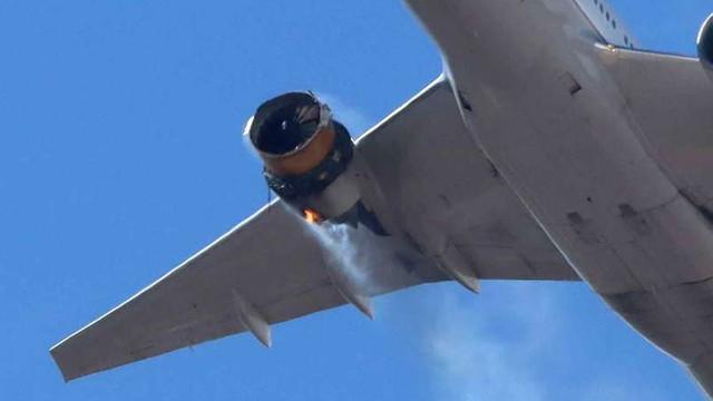 SUA: Un Boeing 777 aterizează la Denver după explozia unui motor, resturi într-o zonă rezidențială