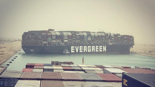 Criza din Canalul Suez continuă, nava de 400 de metri eșuată nu a putut fi încă mutată. 180 de nave stau în așteptare la intrarea pe canalul maritim
