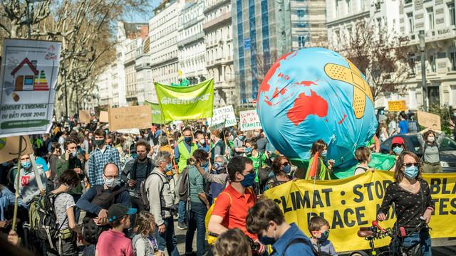 Mobilizare impresionantă în Franța. Peste 110.000 de oameni au ieșit în stradă pentru a cere o lege mai cuprinzătoare privind clima