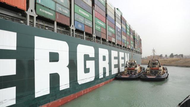 Canalul Suez a fost deblocat după o săptămână. Nava Ever Given, eliberată și repusă în circulație