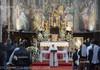 Papa Francisc a celebrat Sfânta Liturghie în afara Vaticanului, în prezența unor deținuți și refugiați