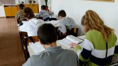 Unii elevi din Chișinău revin de luni la școală