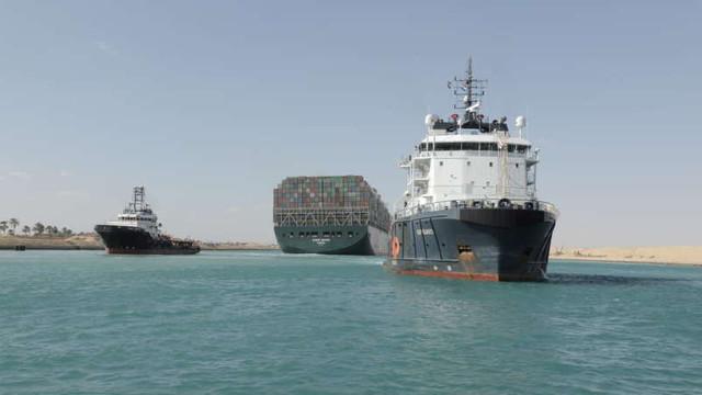 A scăzut numărul navelor care așteaptă să traverseze Canalul Suez (EFE)