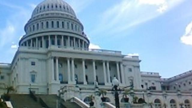 Drapele în bernă la Casa Albă pentru memoria polițistului ucis lângă Capitoliu