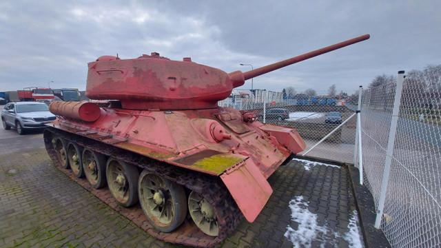 Un tanc roz și un tun de artilerie, predate poliției din Cehia de către cetățeni în cadrul aministiei armelor