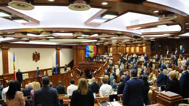 Deputații au ținut un minut de reculegere în memoria medicilor decedați de COVID-19