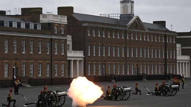 VIDEO   Salve de tun au fost trase în onoarea prințului Philip în Regatul Unit, pe uscat și pe mare