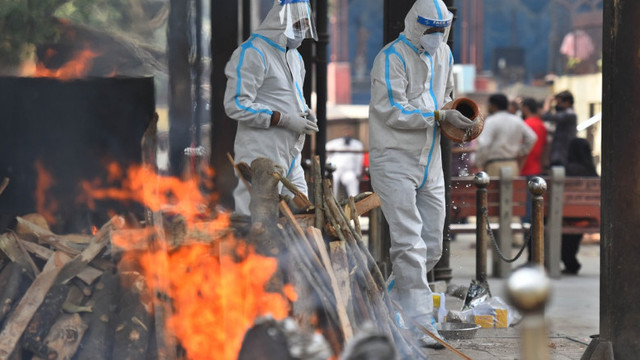Mărturiile angajaților din crematoriile indiene sugerează că numărul morților de COVID este mai mare. Cuptoarele încep să se topească