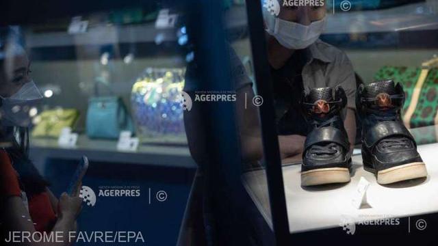 O pereche de pantofi de sport ai rapperului Kanye West, vândută pentru 1,8 milioane de dolari, un nou record