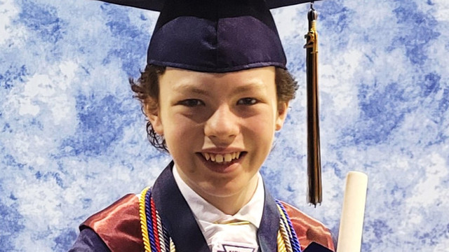 Pentru că se plictisea în izolare, un copil de 12 ani a luat ore suplimentare și acum va absolvi liceul și facultatea în același timp
