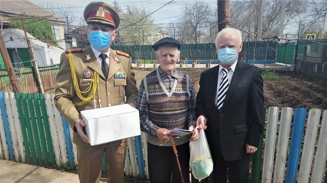 FOTO | Cadourile oferite de Ministerul Apărării Naționale de la București, distribuite veteranilor de război ai Armatei României din R. Moldova