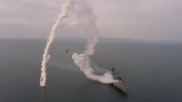 VIDEO | Test eșuat al marinei ruse: o rachetă s-a prăbușit în ocean la câțiva metri de nava care a lansat-o