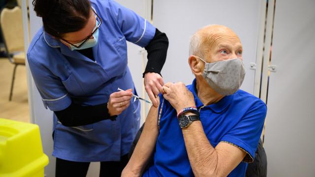 Marea Britanie: A treia doză de vaccin pentru persoanele de peste 50 de ani