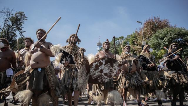 Fiul cel mare al reginei Mantfombi Dlamini este noul rege al poporului Zulu. Scene dramatice la citirea testamentului
