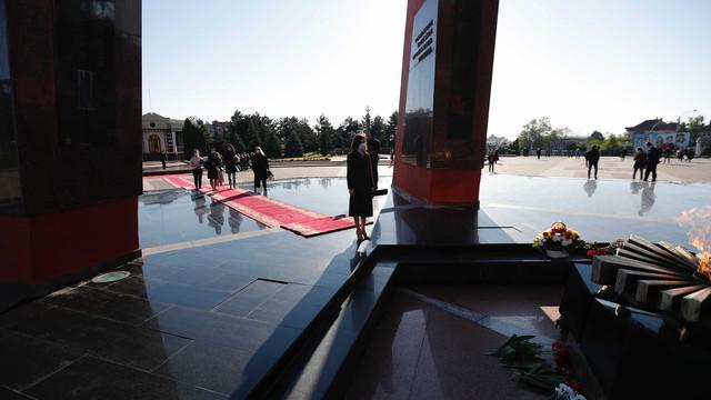 """Președintele Maia Sandu a depus flori la Complexul Memorial """"Eternitate"""" în memoria victimelor celui de-al Doilea Război Mondial"""
