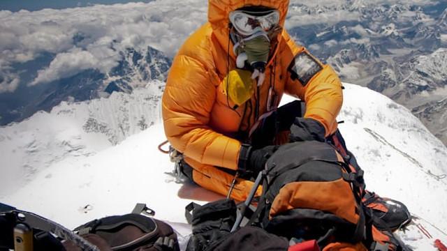 Străinii revin pe Muntele Everest, în timp ce Nepalul se luptă cu un val de COVID-19
